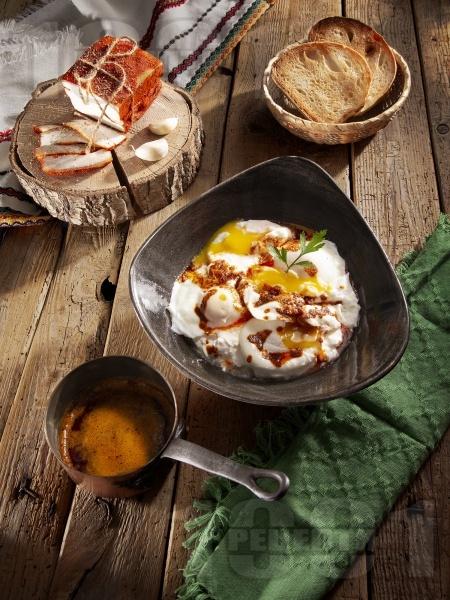 Лесни яйца по панагюрски върху сирене - снимка на рецептата